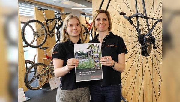 Zedler-Mitarbeitende halten den Nachhaltigkeitsbericht in Händen.