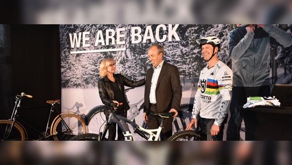 Pexco-Gründerin Susi Puello überreicht das erste Husqvarna-Fahrrad an CEO Kai Wärn (Mitte).