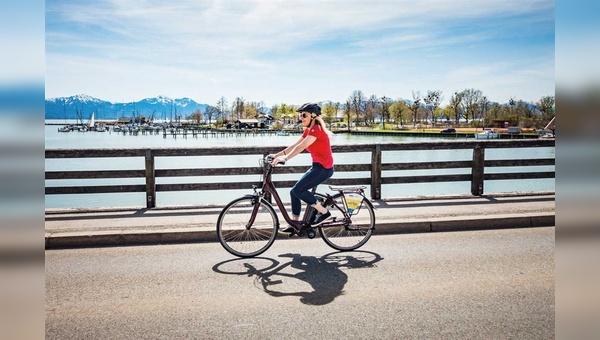 Ob in der sportlichen Gruppe im Gelände oder beim entspannten Radeln – Bikes mit Motor bieten Touristen am Ziel neue Möglichkeiten.