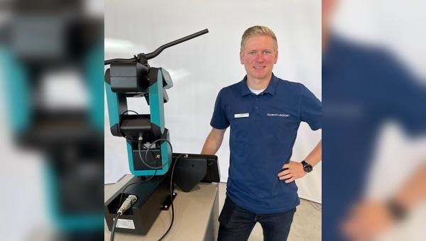 Florian Horst praesentiert das neue Kurvenlicht von Busch + Mueller auf der Eurobike