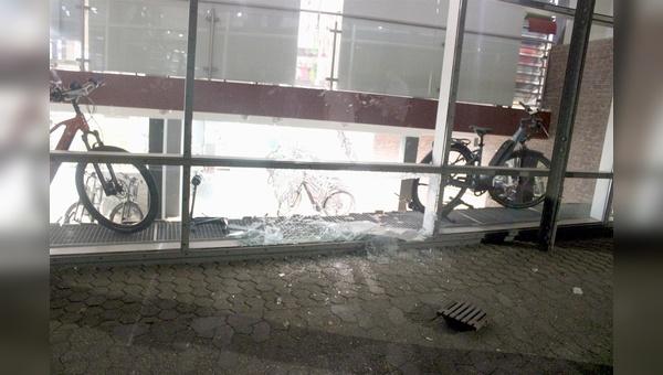 Mit einem Gully-Deckel wurde die Schaufensterscheibe eingeworfen.