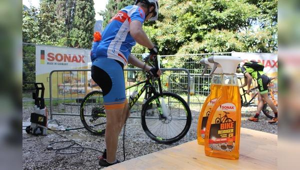 Sonax installiert eine Bike-Wash-Station in Willingen.
