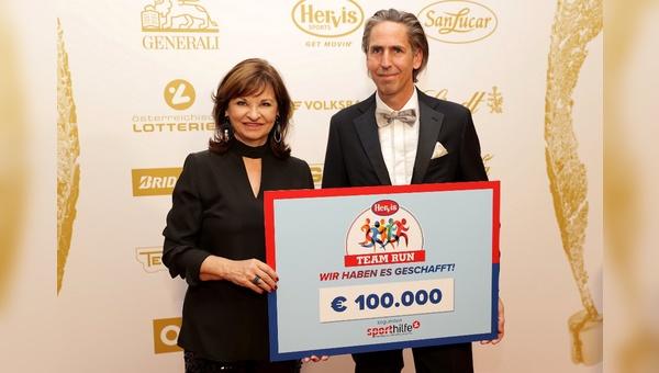 Scheckuebergabe Sporthilfe-Präsidentin Susanne Riess und Oliver Seda, Vorsitzender der Hervis Geschaeftsfuehrung