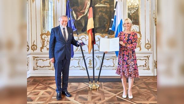 Manfred Neun erhaelt das Bundesverdienstkreuz aus den Haenden von Staatsministerin Carolina Trautner ueberrreicht.