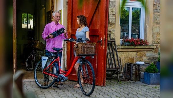 Fahrradhersteller Riese und Müller fährt beim Verleih von E-Bikes mehrgleisig. Eine wichtige Rolle, wie hier bei der Zusammenarbeit mit der Rheinhessen-Touristik, spielen jedoch stets die Handelspartner.