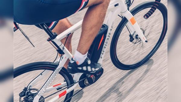 Noch wird der Rennrad-Szene ein »Beißreflex« attestiert, wenn es um E-Motoren am Rennrad geht. Mit Blick auf den gegenwärtigen Wandel im MTB-Markt fragt man sich in der Branche: Wie lange noch?