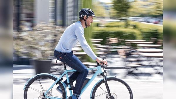 Für Pedelec-Fahrer sind handelsübliche Helme ausreichend, doch es gibt auch spezielle E-Bike-Modelle.
