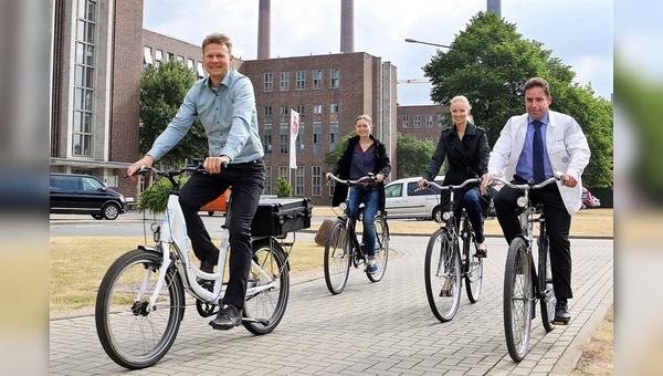 Unterwegs im Werk: Auf dem Betriebsgelände dürfen die Volkswagen-Mitarbeiter nur die werkseigenen Dienstfahrrädern benutzen. Das Angebot ist mit 7000 Rädern üppig.
