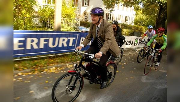 Stuttgarts Ordnungsbürgermeister Dr. Martin Schairer erreichte auf dem IZIP-Pedelec Rennen zur Fahrrad WM 2007 in Stuttgart das Ziel mit großem Vorsprung zu den Fahrradprofis, die ohne Antrieb starteten.