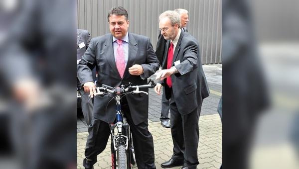 Wilfried Nietschke (rechts) hat sich nach einer langen Karriere bei Automobil-Dienstleister IAV GmbH jetzt dem E-Bike verschrieben. Ihm gelang es sogar Sigmar Gabriel (links) fürs E-Bike zu begeistern