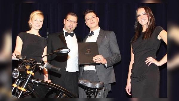 Manuel Ostner (rechts) übergibt dem Gewinner Jerome Graf von Bentheim das PG Bike