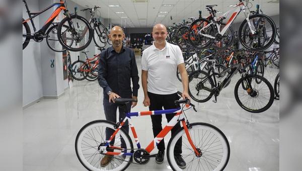 José Miguel Aracama (links), Export Manager, und Steffen Krill, Market Manager, mit einem Prototyp nicht nur für den britischen Markt.