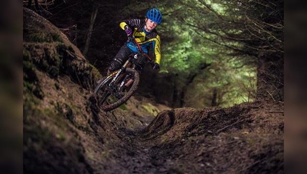 Endura kleidet Mountainbikerinnen und Rennradfahrerinnen neu ein