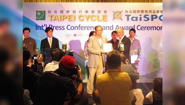 Giant-Chef Tony Lo überreicht eine der Auszeichungen bei den  d&i Awards 2014