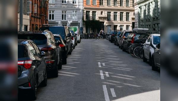 Zugeparkter öffentlicher Raum.