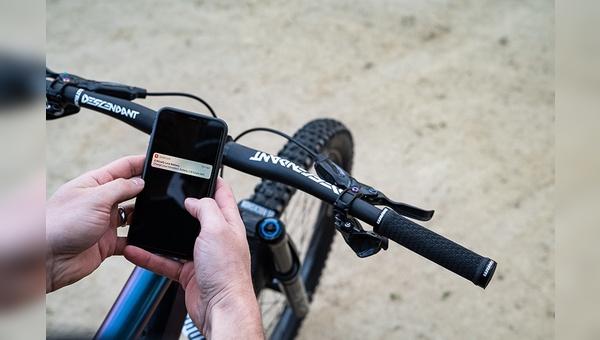 Smartphone und Fahrrad gehören auch bei Sram zusammen