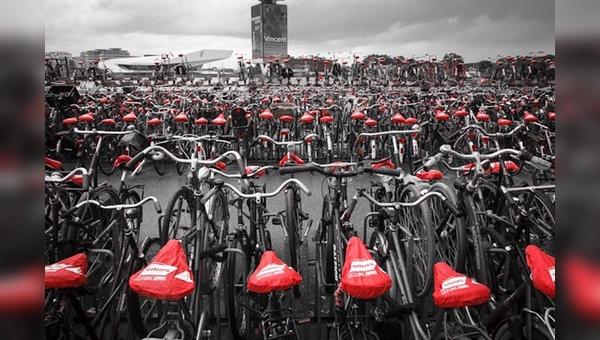 Rote Farbtupfer in Amsterdam