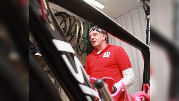 Do it yourself: Der erfahrene Handwerker Peter Zaun zeigt seinen Kunden, wie sie am Rad selbst schrauben.