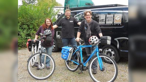Startklar: Alex Kahl und Angie Isaak übernehmen die E-Bikes von Torsten Busse, Marketing der Pantherwerke AG