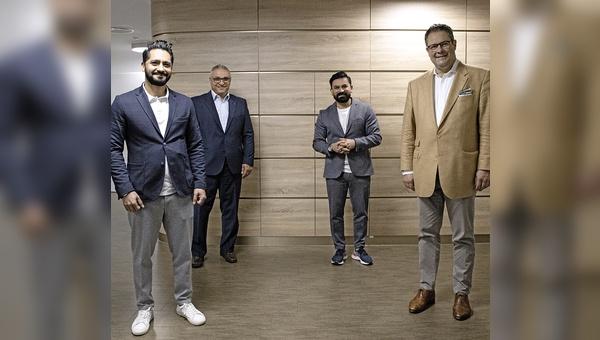 (v.l.): Khesrau Noorzaie (SMINNO), Kadir Cepni (Wertgarantie), Sohrab Noorzaie (SMINNO) und Wertgarantie-Vorstand Patrick Döring