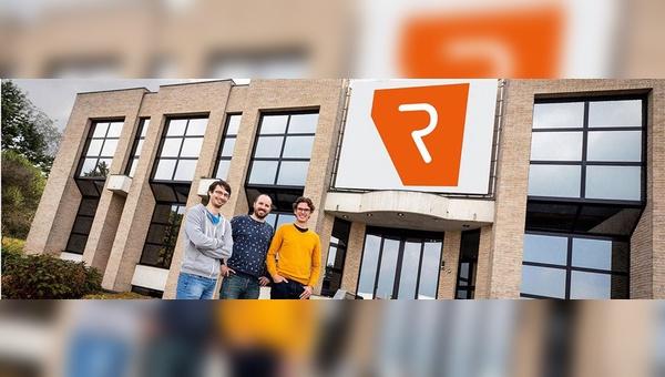 Die Gründer Michaël Callens und Niels de Greef (links und rechts) mit CPO Dave Luyckx vor dem neuen Werk.