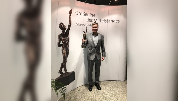 Geschäftsführer Dirk Zedler mit dem verliehenen Preis.