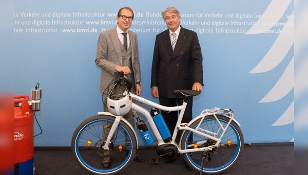 Verkehrsminister Dobrinth nimmt das Wasserstoff-Fahrrad aus den Händen von ...