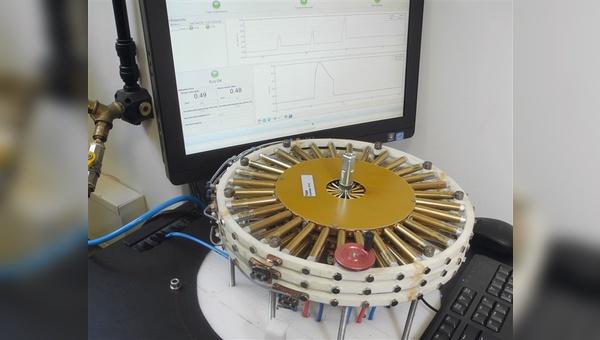 Mit einem elektromagnetischen Impuls  werden die Tretlagerachsen codiert.
