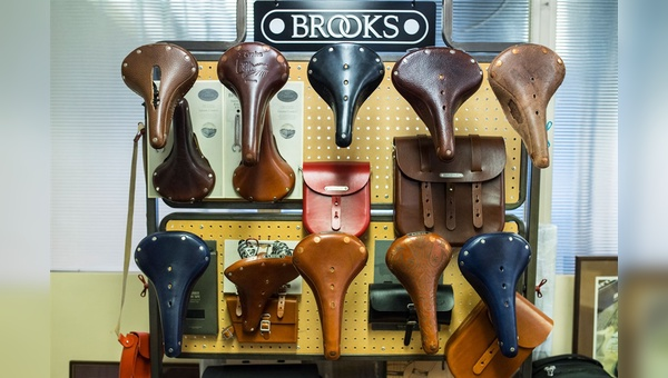 Klassiker für den Handel. Ein Shop-Display im Büro zeigt die lang laufenden Produkte aus Leder. Hinter den fertigen Sätteln steckt eine Menge Handarbeit in England.