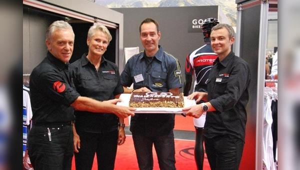 Promienter Gratulant: Erik Zabel mit Klaus-Peter Thaler, Jutta Thaler und Jörg Kazubek