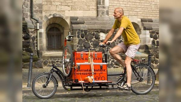 Die Fahrradambulanz von Hermann Lenert ist mit allem ausgestattet, was eine Fahrradwerkstatt benötigt. Für knifflige Fälle, die trotzdem nicht vor Ort gelöst werden können, gibt es eine Abschleppvorrichtung.