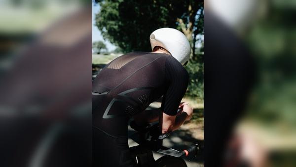 Besser als nackte Haut: aktuelle Radbekleidung ist nicht nur atmungsaktiv, sondern wirkt im Idealfall leistungssteigernd.