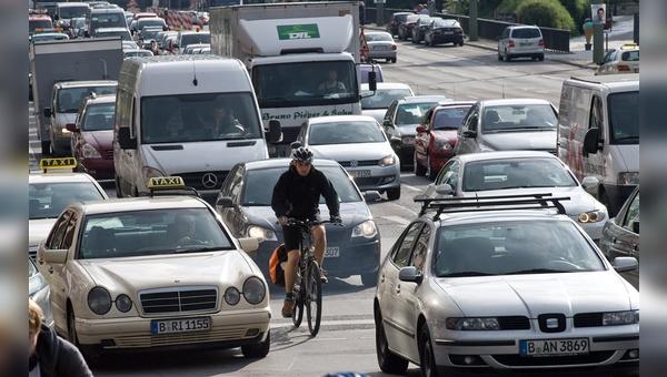 Abgase und viel zu viele Autos: so sieht Fahrradfahren in der Hauptstadt aktuell aus.