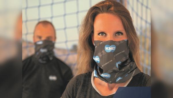 KMC verteilt kostenlos Displays mit Schutztüchern.