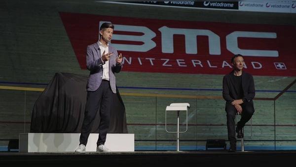 Die BMC-Spitze steht zwar auf der Bühne, das Publikum jedoch sitzt zu Hause vor dem Rechner.