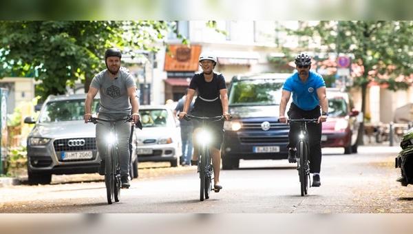 Kersti Kaljulaid auf Radtour durch Berlin