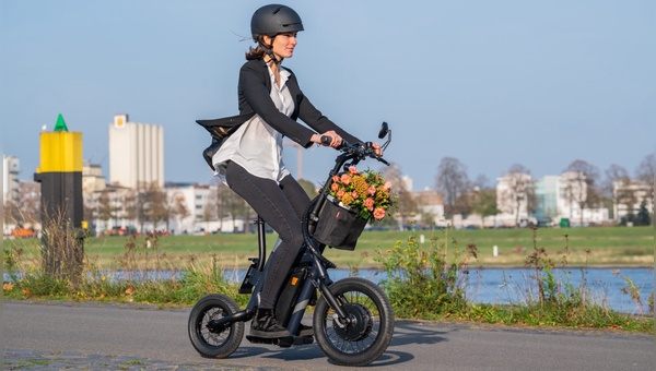 Der E-Scooter mit Sitz wird zum Mofa und soll als Alternative zu E-Bike und E-Scooter Kunden überzeugen.