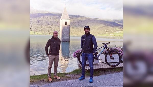 Brandmanager Dominik Ruiz-Morales von BH Bikes (rechts) freut sich auf die Zusammenarbeit mit der Tourismusregion Ressenpass. Links: Gerald Burger, Geschäftsführer der Ferienregion Reschenpass.
