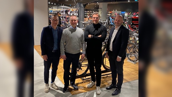 v.l.n.r: Armin Weger (Geschäftsführer Engelhorn Sports), René Scheilen (Director New Business & Retail Cooperation Rose Bikes), Marcus Diekmann (Geschäftsführer Rose Bikes) und Fabian Engelhorn (geschäftsführender Gesellschafter bei Engelhorn).