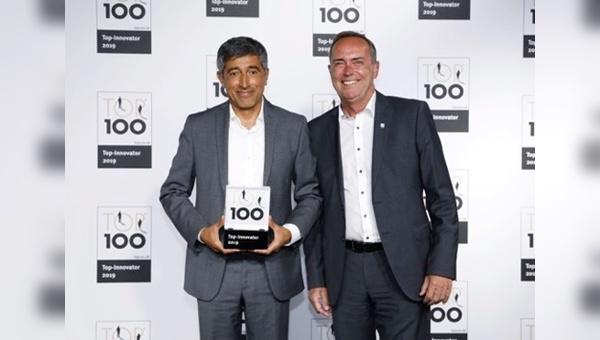 """Ranga Yogeshwar überreicht Michael Bräuer von Abus die Auszeichnung """"TOP 100"""""""