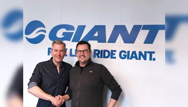 Grund genug zum Gratulieren: Oliver Hensche (links) mit Uwe Bienefeld.