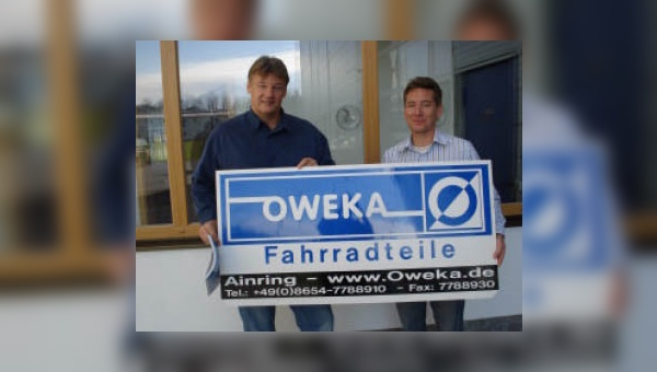Hagen Stamm übernimmt die Geschäfte aus den Händen von Oweka-Geschäftsführer Klaus Satra.