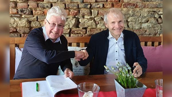 Christoph Thomas (links) und Benno Messingschlager unterzeichnen die Vertraege.