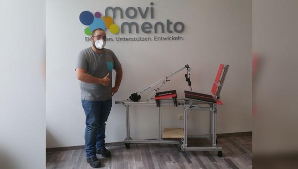 Ortohpaedietechnik-Mechaniker Julian Schulz mit dem Handbike-Ergometer