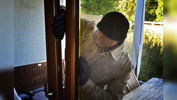 Über ein aufgebrochenes Fenster verschafften sich die Täter Zutritt.