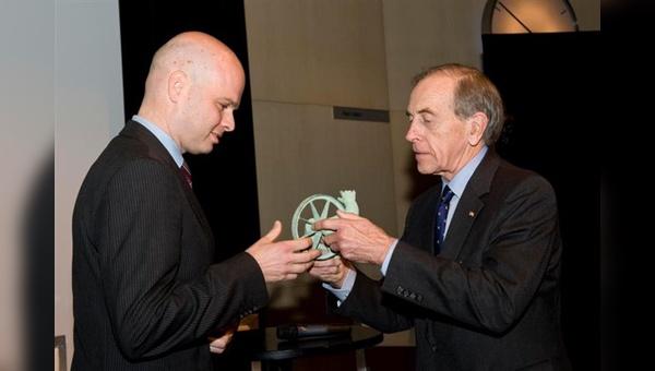 Gérard Vroomen (links) wird als Ingenieur des Jahres ausgezeichnet.