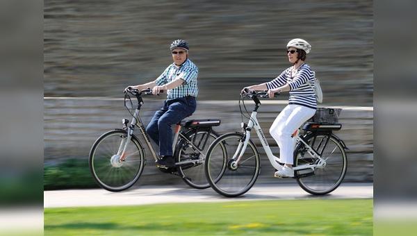 Untersuchungen haben gezeigt, dass Senioren auch auf dem E-Bike eher langsamer fahren als jüngere Menschen.