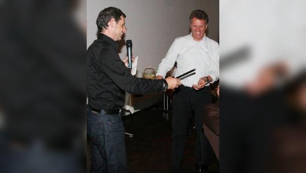 Andreas Hämmerle (links) verabschiedet Heinz Hämmerle in einer Feierstunde mit Familie und Belgeschaft in den Ruhestand.