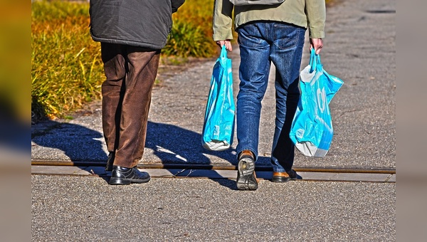 Der Handel hat den Verbrauch von Plastiktueten drastisch gesenkt.