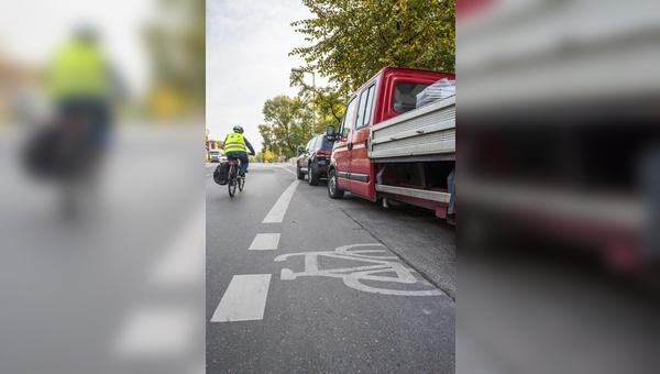 Ärgerlich und gefährlich: Zugeparkte Rad- und Gehwege.
